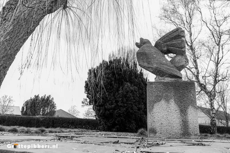 Beeld Watersnoodramp - stenen beeld van een vogel met een gebroken vleugel.