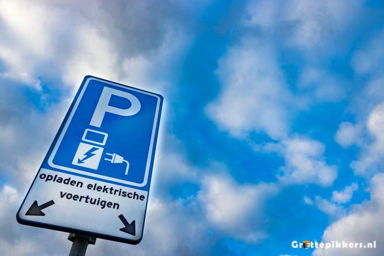 Auto-oplaadpunt Burg. van Eetenstraat