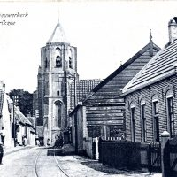 Zicht op de kerktoren vanuit de Weststraat